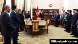 Жоомарт Оторбаев жаңы премьер-министрге өкмөттүн ишин өткөрүп берүүдө. 30-апрель, 2015-жыл