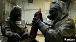 سه سال پیش و در جریان استفاده از جنگافزار شیمیایی در منطقه غوطه، آمریکا طرحی را برای حملهای محدود به سوریه، با هدف نابودی زرادخانههای شیمیایی آن کشور ارائه کرد. در نهایت با پیشنهاد مسکو و موافقت سوریه برای نابودی این سلاحها، این حملات انجام نشد.