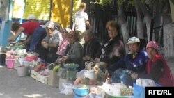 Пенсионеры продают овощи и фрукты на одном из актюбинских рынков.