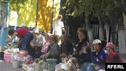 Казахстанские пенсионеры торгуют на рынке. Актобе, сентябрь 2009 года.