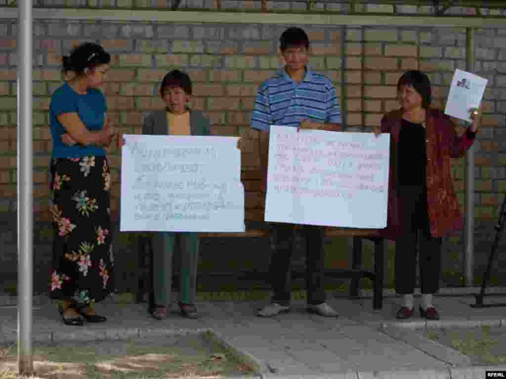 Акция в поддержку Жовтиса в Бишкеке. - Кыргызские правозащитники проводят у здания казахстанского посольства акцию в поддержку Евгения Жовтиса и требуют его освобождения. Бишкек, 16 сентября 2009 года.