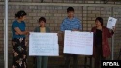 Қырғыздың азаматық және құқық қорғау ұйымдарының өкілдері Жовтисті қолдау акциясын өткізді. Бішкек, 16 қыркүйек, 2009 жыл.