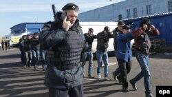 Ռուսաստան - Ոստիկանները ենթադրյալ ապօրինի միգրանտների են ձերբակալել Մոսկվայի Արևմտյան Բիրյուլևո շրջանում, 14-ը հոկտեմբերի, 2013թ․