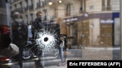 След от пули в окне парижского кафе, рядом с которым был застрелен совершивший нападение на прохожих. 13 мая 2018 года.