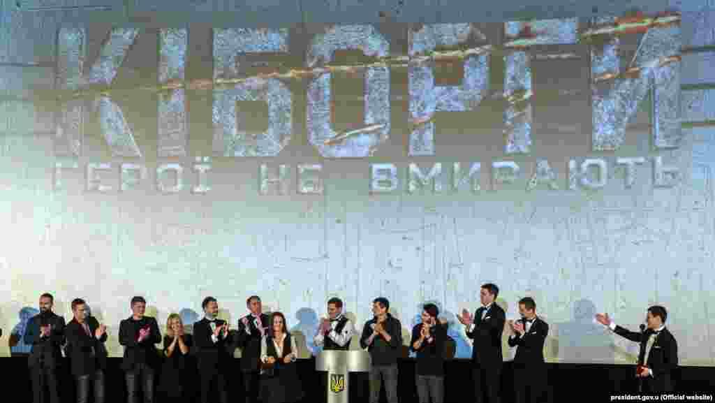 «Кіборги» став першим художнім фільмом, в якому вперше показали війну з підтримуваними Росією бойовиками на сході України. У фільмі йдеться про битву за стратегічно важливий аеропорт Донецька. «Кіборги» став найбільш касовою стрічкою за час незалежності України