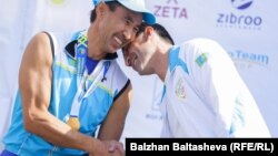 Бизнесмен Муратхан Токмади (слева) на любительском соревновании по триатлону в Алматы.