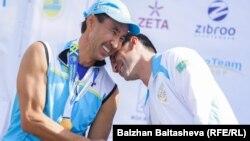 Муратхан Токмади (слева) на награждении победителей чемпионата по любительскому триатлону Almaty Triathlon.