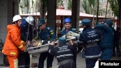 Спасатели эвакуируют пострадавших, Ереван, 25 октября 2012 г.