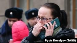 """Женщина у станции """"Технологический институт"""", 3 апреля"""