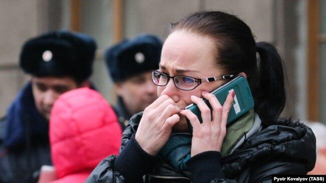 Женщина у станции метро Технологический институт. Санкт-Петербург.