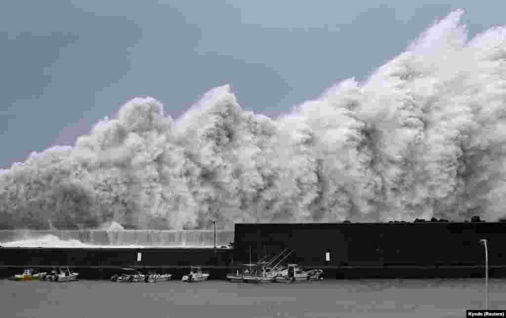 Хвилі, спровоковані тайфуном «Джебі» у риболовному порту в Акі