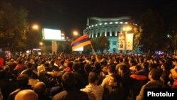 Armenia - Football fans in Yerevan watch Ireland-Armenia soccer game in Dublin, 11Oct2011.