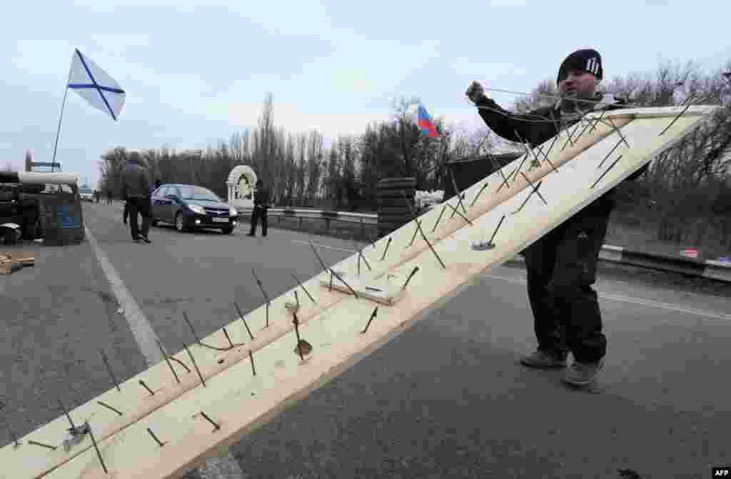 Мужчина пытаетсязаблокироватьсоединяющую полуостров Крым с материкомдорогу в районе города Армянска.