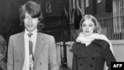 Мик Джаггер со своей девушкой Марианной Фейтфулл