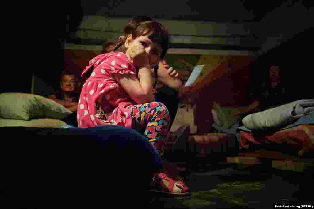 Деякі родини з дітьми вирішили повернутися з Росії, зрозумівши, що ситуація у місті полегшилася. Однак через те, що школи закриті на літні канікули, а грошей на те, щоб залишити регіон, не вистачає, багато з них залишаються в укритті та неподалік від нього.