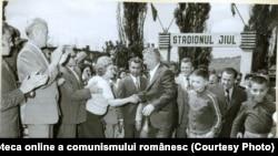 Finalul grevei minerilor (1-3 august 1977). Nicolae Ceauşescu face o vizită de lucru în Valea Jiului după ce a început reprimarea grevei.(3.VIII.1977) Fototeca online a comunismului românesc; cota:142/1977
