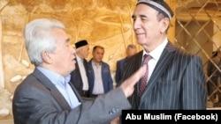 Шоир Омон Матжон хофиз Шерали Жўраев билан.