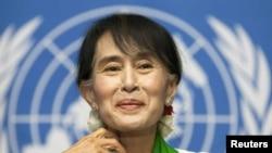 Лидер оппозиции в Мьянме, лауреат Нобелевской премии мира Аун Сан Су Чжи в офисе МОТ в Женеве