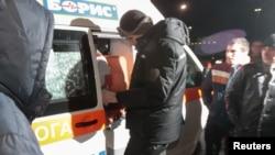Jedan od oporbenih lidera Vitalij Kličko blizu ambulantnih kola u kojima se navodno nalazio aktivist Dmitrij Bulatov, 2. februar 2014.