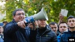 Renato Usatîi, primarul de Bălți, la un protest în fața Parlamentului de la Chișinău, octombrie 2015