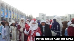 Новогодний парад Дедов Морозов и Снегурочек, 31 декабря. Бишкек