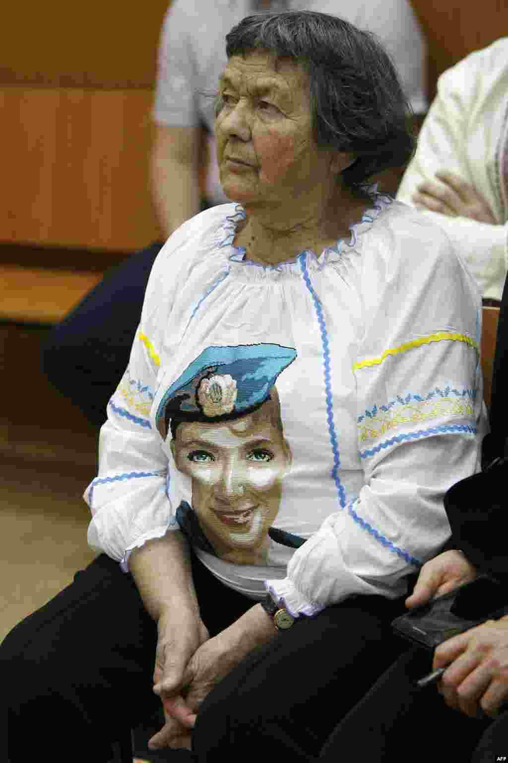Мама Надії Савченко приїхала в суд підтримати доньку. На кофті літньої жінки – портрет Надії