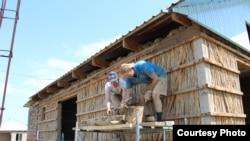 Волонтеры строят дом. Кыргызстан.