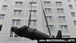 O fostă statuie a lui Stalin transportată la Berlin