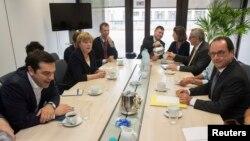 Հունաստանի վարչապետ Ալեքսիս Ցիպրասը (ձախից), Գերմանիայի կանցլեր Անգելա Մերկելը, Եվրահանձնաժողովի նախագահ Ժան Կլոդ Յունկերը (աջից երկրորդը) և Ֆրանսիայի նախագահ Ֆրանսուա Օլանդը Բրյուսելում բանակցությունների ժամանակ, 7-ը հուլիսի, 2015թ․