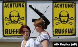 Плакаты, наклеенные активистами после аннексии Крыма и начала войны в Донбассе. Варшава, 14 июля 2014 года