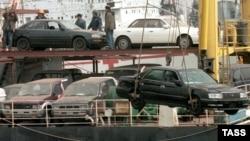 Выгрузка подержанных машин японского производства. Иллюстративное фото.