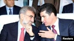 Türkiyənin Enerji və Təbii Sərvətlər naziri Taner Yildiz (solda) Kürdüstan regional hökumətinin Baş naziri Nechirvan Barzani ilə, 2 dekabr 2013.