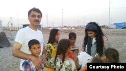 الدكتور فارس نظمي في احد مخيمات النازحين