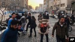 Участники протестов после применения против них слезоточивого газа. Тегеран, 30 декабря 2017 года.