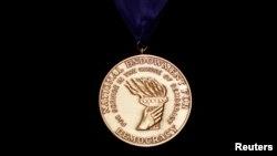 Медаль Национального фонда демократии за демократическую службу. Иллюстративное фото.