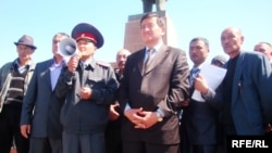 Sooronbai Jeenbekov (center) says that fear does still exist on both the Kyrgyz and Uzbek sides.