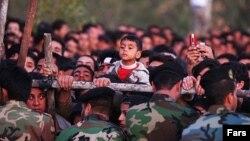Дети и взрослые, наблюдающие публичную казнь в Иране.