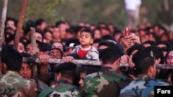 Толпа с детьми, собравшаяся смотреть на публичные казни. Исфахан, дата неизвестна