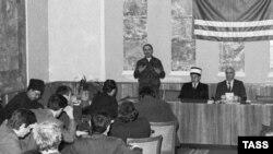 Нохчийчоь-- Нохчийчоьнан президент Дудаев ЖовхIар къамел деш ву нохчийн парламентан декъашхошна хьалха, Соьлж-ГIала, 13Лахь1991