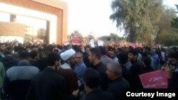 در بهمن سال گذشته برق و آب اهواز و تعدادی از شهرهای استان خوزستان قطع شد و شهروندان اهوازی در مقابل استانداری تجمع کردند.