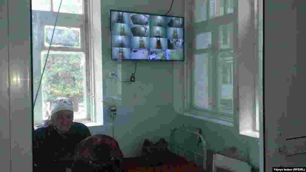 Вахтада отурган кызматкерлер жатаканадагы ар бир кыймылды байкоочу камералар менен көзөмөлдөп турушат.