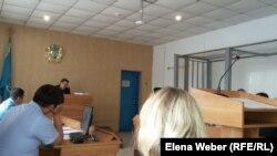 Суд по делу директора коммунального предприятия «Окжетпес-Т» со стопроцентным долевым участием государства Ерлана Утешева, находящегося под арестом. Суд запретил фотографировать подсудимого и его защитников, по их просьбе. Темиртау, 17 июля 2017 года.