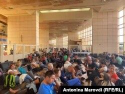Українські туристи в аеропорті міста Шарм-ель-Шейх чекають на свої рейси
