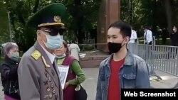 Алматыдағы панфиловшылар саябағына гүл қоюға келген ардагер. 9 мамыр 2020 жыл.