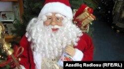 Игрушечный Санта Клаус в магазине. (Иллюстративное фото.)