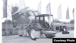 Toshkent traktor zavodida yig'iladigan yangi paxta terish mashinasi