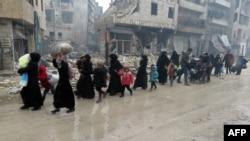 ساکنان شرق حلب، خانههای خود را ترک میکنند