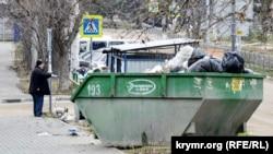 Место сбора бытовых отходов в одном из жилых районов Севастополя, январь 2019 года
