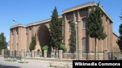 صدها شیء باستانی بازگردانده شده به ایران از روز دوشنبه در موزه ملی ایران به نمایش گذارده شده اند.