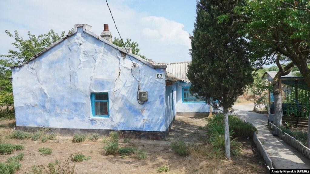 С ними соседствуют такие вот приземистые, но принаряженные к сезону старые домики.